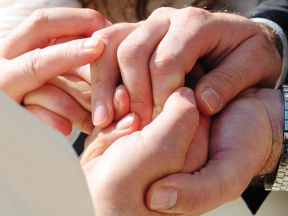 Francisco segura nas mãos de um jovem casal (Lusa)