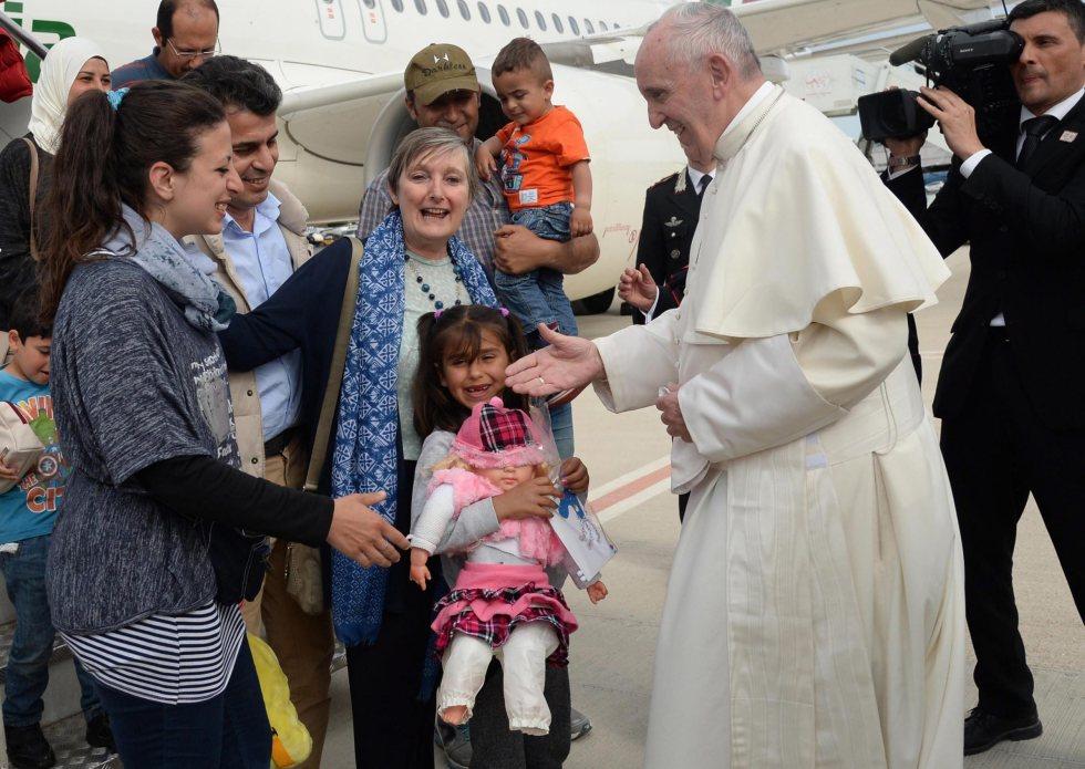 Papa Francisco recebe famílias de refugiados que o acompanharam desde Lesbos (Foto: Lusa)