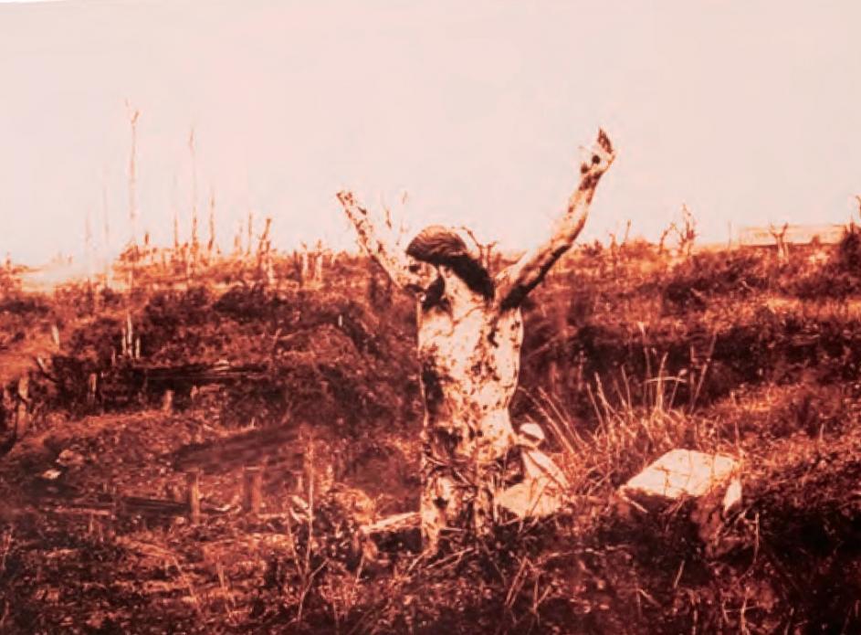 Reprodução fotográfica do designado «Cristo das Trincheiras», no campo da batalha na Flandres, após ter sido destruída a capela que o acolhia