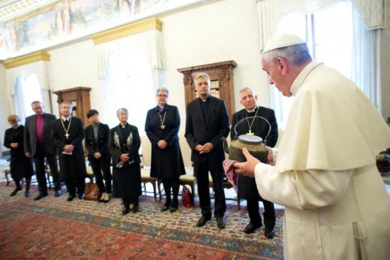 Foto: DR - Papa Francisco com o bispo Munib A. Younan e o reverendo Martin Junge