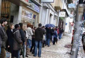 Resultado de imagem para filas em volta da igreja portugal