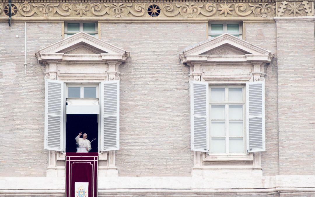 Vaticano: Papa convida católicos a valorizar Eucaristia e as suas exigências de ajuda ao próximo