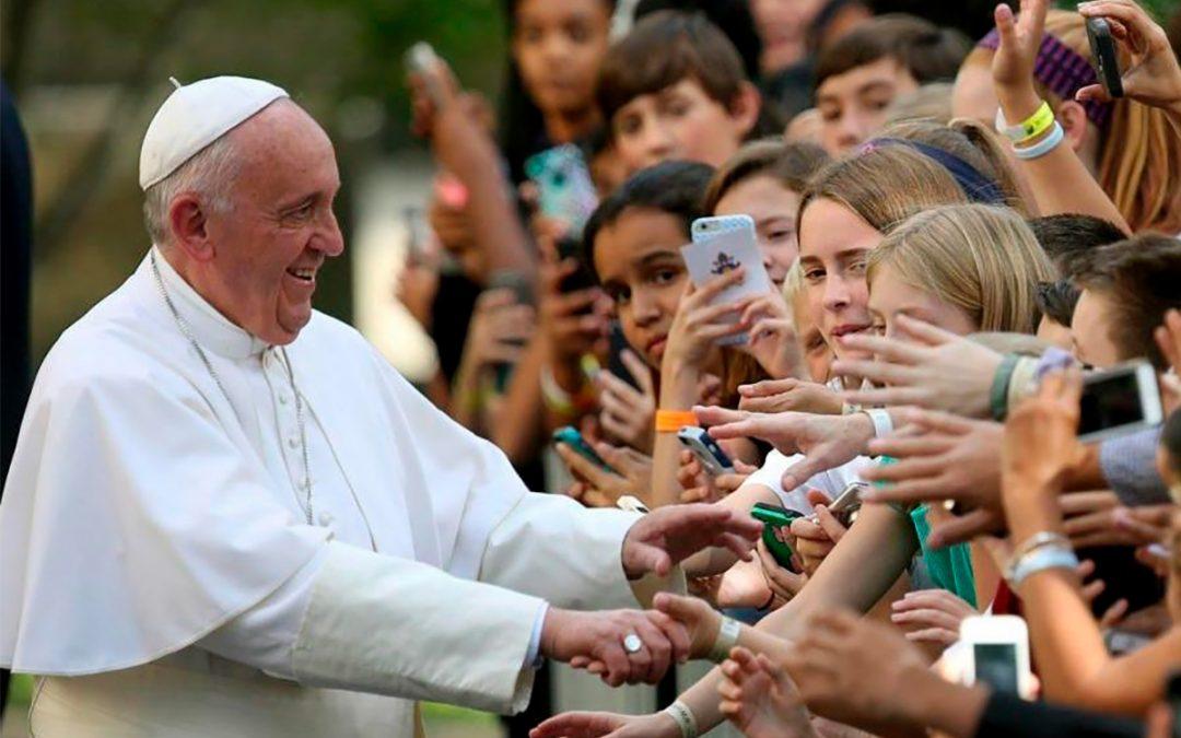 Família: Papa exorta jovens a «não ficarem acomodados» diante os desafios de hoje