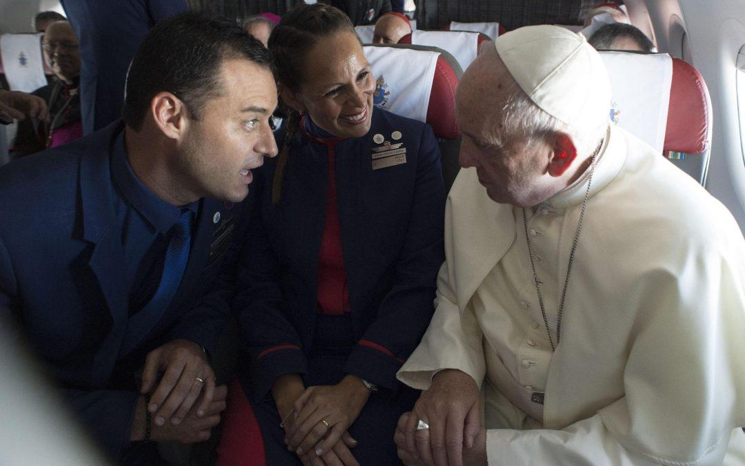 Vaticano: Papa explica decisão de casar assistentes de bordo durante voo no Chile
