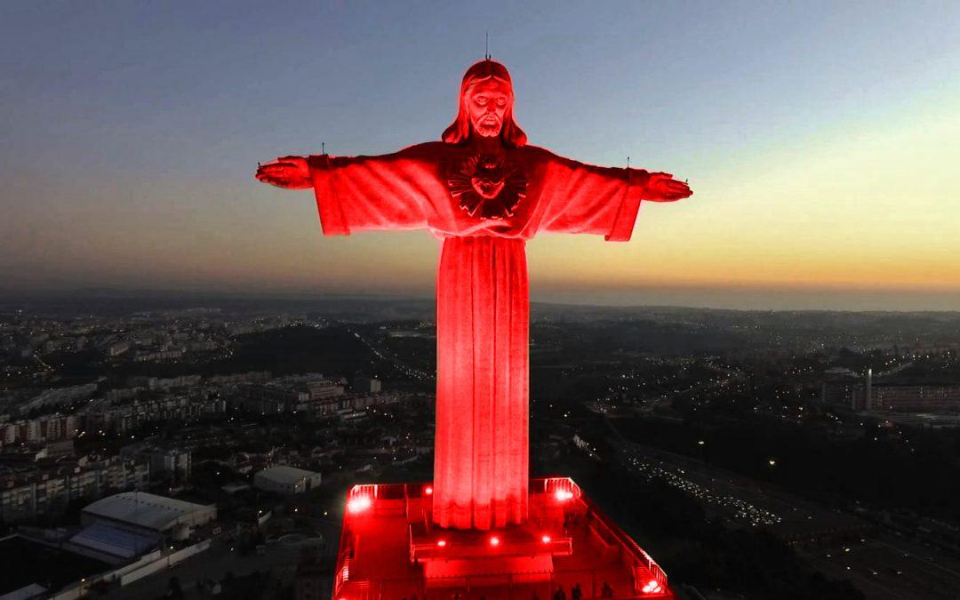 Direitos Humanos: Cristo-Rei ilumina-se de vermelho para lembrar perseguição aos cristãos
