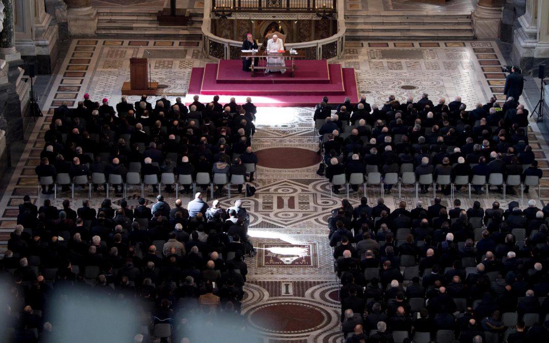 Vaticano: Papa pede aos padres um olhar positivo sobre realidade