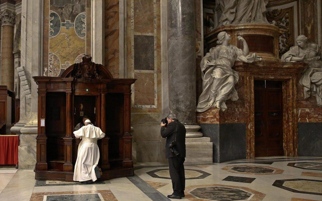 Vaticano: Papa confessa-se e confessa fiéis em dia dedicado à Reconciliação