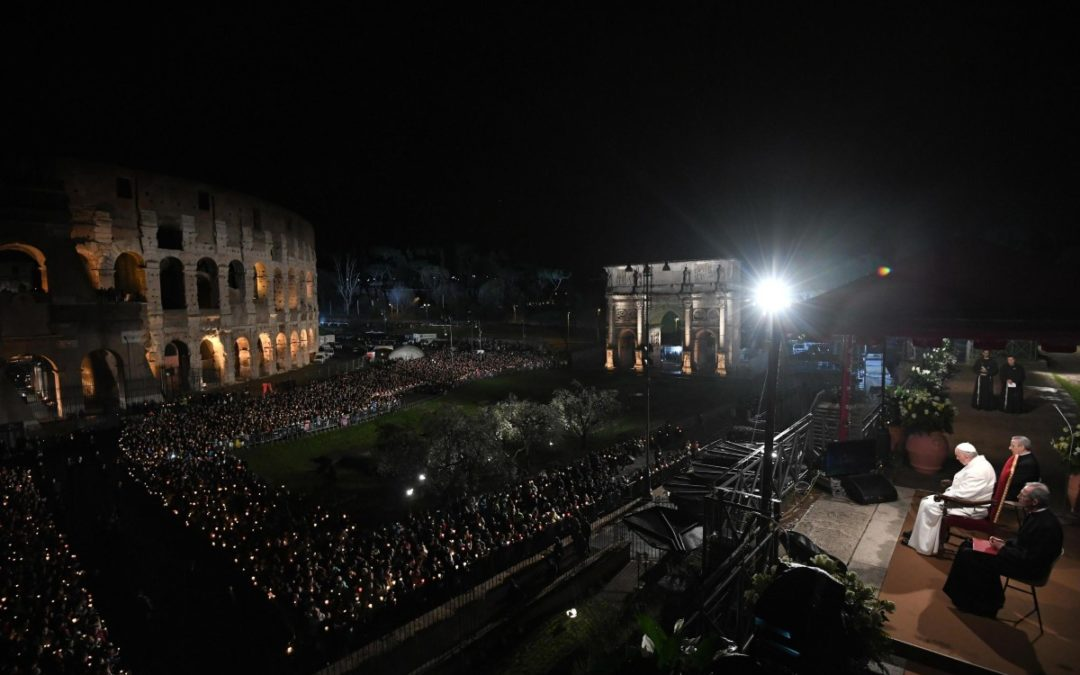 Oração do Papa no final da Via-Sacra no Coliseu de Roma