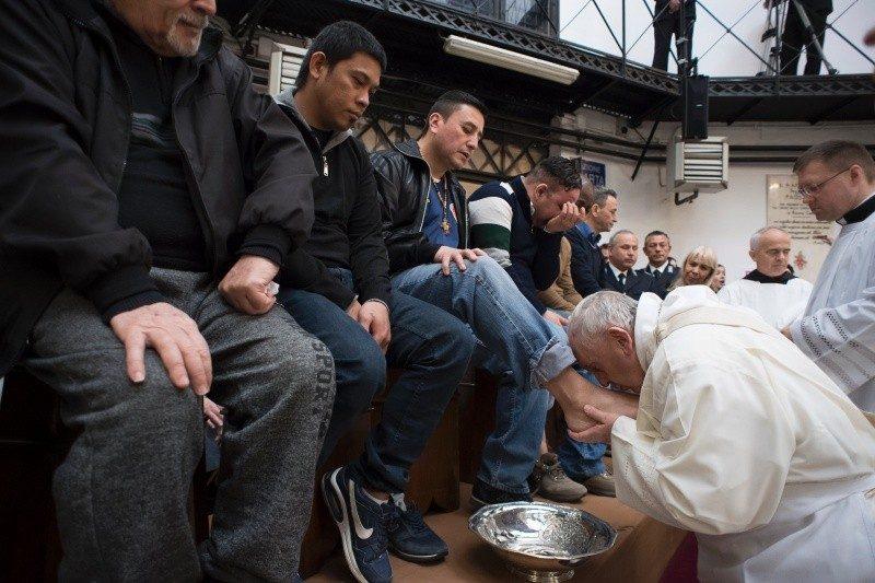 Roma: Papa lavou os pés a 12 presos e disse que a «pena justa» é «aberta à esperança»