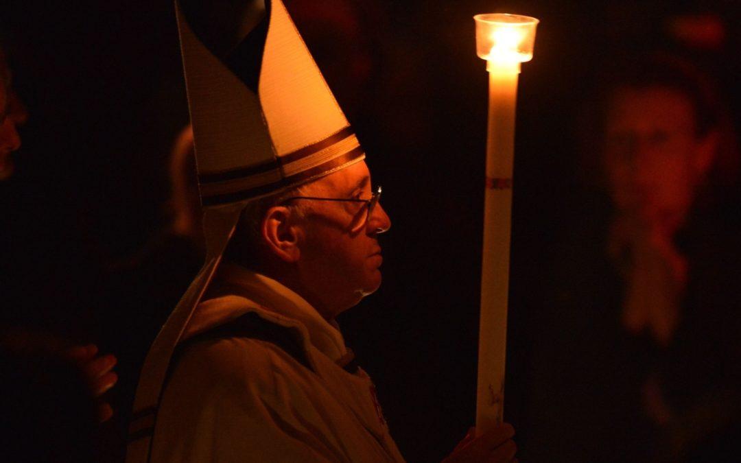 Liturgia: Igreja celebra ressurreição de Jesus com água e fogo, em gestos simbólicos