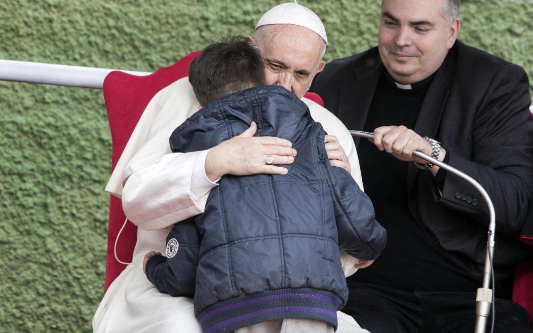 Roma: Papa consola criança que chora pela morte do seu pai, ateu, e pergunta se ele «foi para o Céu» (C/Vídeo)
