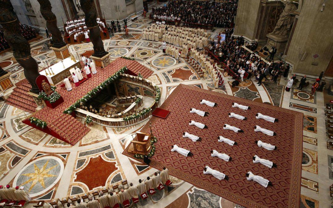 Vaticano: Papa preside à ordenação de 16 sacerdotes e pede padres misericordiosos