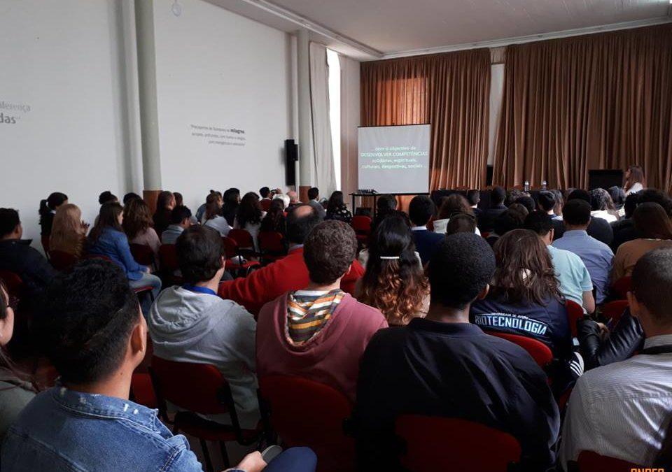 Ensino Superior: «Play and pray» – Estudantes cumprem tradição madeirense e animam «Missas do Parto»