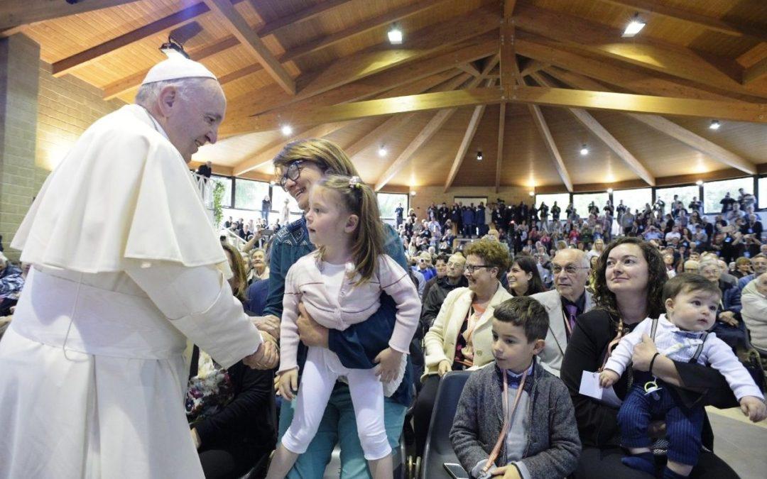 Itália: Papa visita comunidade inspirada nos primeiros cristãos, onde ninguém fecha portas à chave