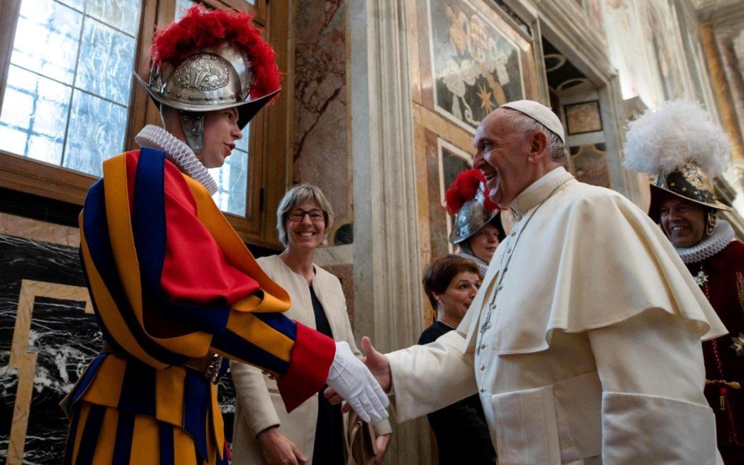 Vaticano: Papa recebeu novos elementos da Guarda Suíça que vão prestar juramento este domingo