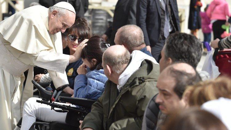 Vaticano: Papa fez visita surpresa a uma Fundação para pessoas com deficiências graves