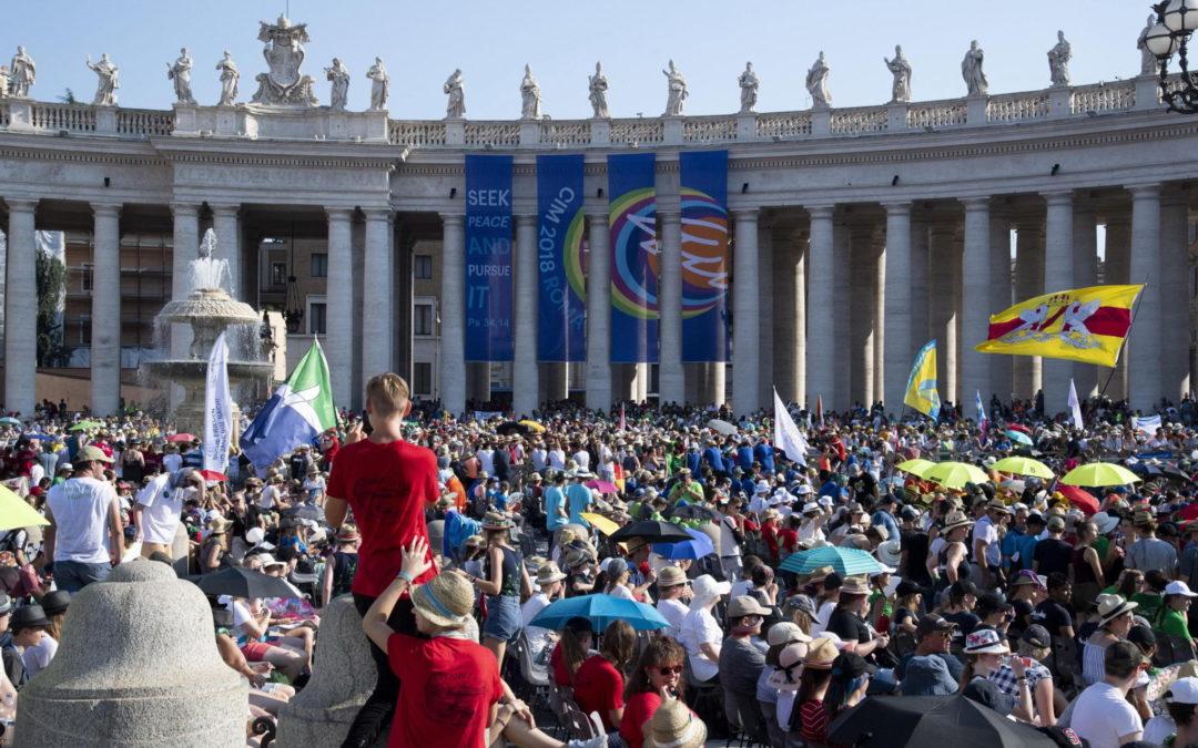 Vaticano: Acólitos «invadiram» Praça de São Pedro para festa com o Papa (c/vídeo)