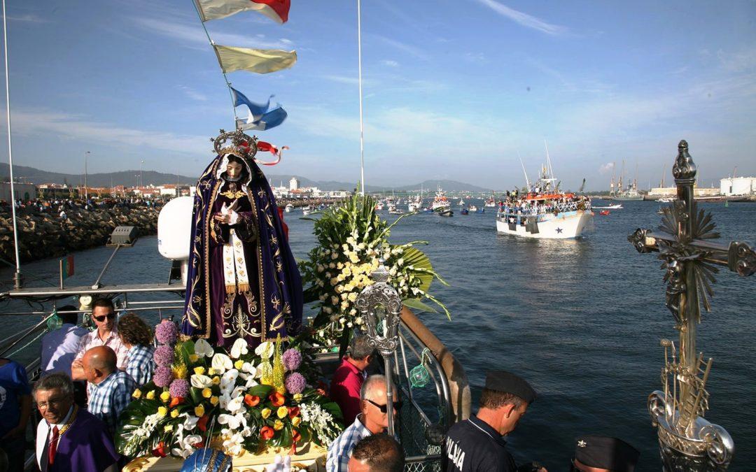 Religiosidade Popular: Pescadores levam imagem da Senhora d'Agonia ao mar, em momento íntimo e familiar